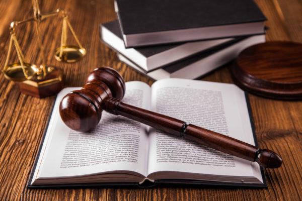 Gesetzbuch mit Hammer und Waage